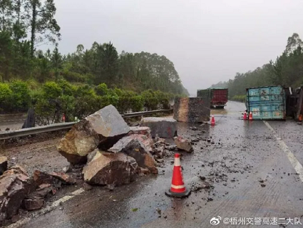 梧州一高速路段大货车石材洒落路面引发事故,现场一路堵塞......