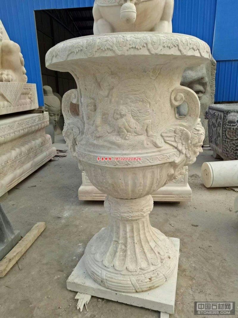 园林石雕的类别有第一种是根据使用的性质可以分为实用性园林雕塑、装饰性园林雕塑和主题性园林雕塑等。我们先说实用性园林石雕吧,这样的园林它是指在园林中有实际应用效果的雕塑,可以有风水球长廊、凉亭、喷泉好看的桌椅等。再就是装饰性园林石雕,这类石雕是指那些在园林中起到装饰性的雕塑作品,比如花窗、壁画等。