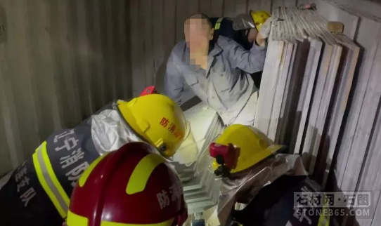 狭隘的集装箱内,近一吨重石板坍毁压住一名工人!