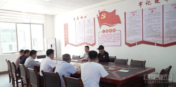 蛟河市市长朱永忠到天岗石材工业园区查看项目建造作业