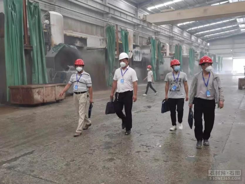 疫情防控在一线,麻城市人社局石材服务工作队密织群防群控网