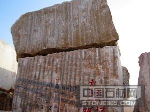 原料石批发来自矿山上刚开采的石