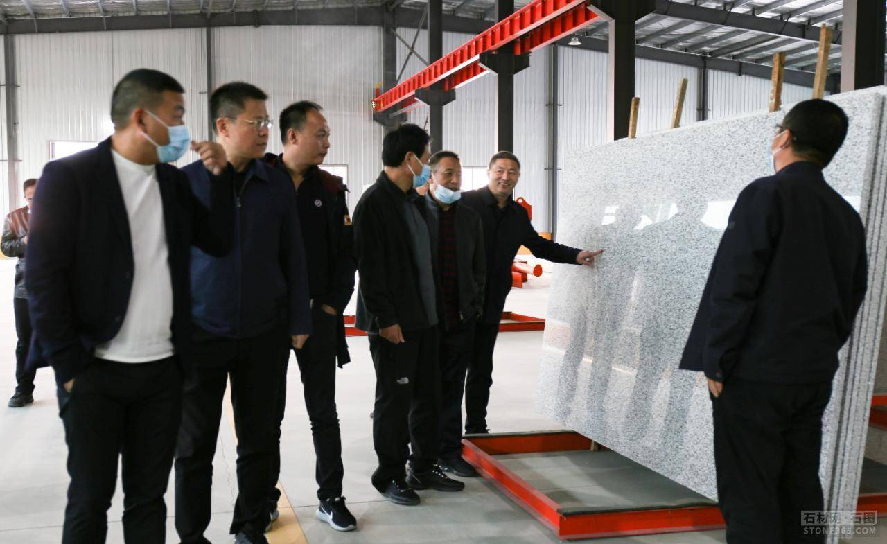 国际首台120吨级纯电动沟通传动矿用电动轮自卸车在内蒙古交付使用